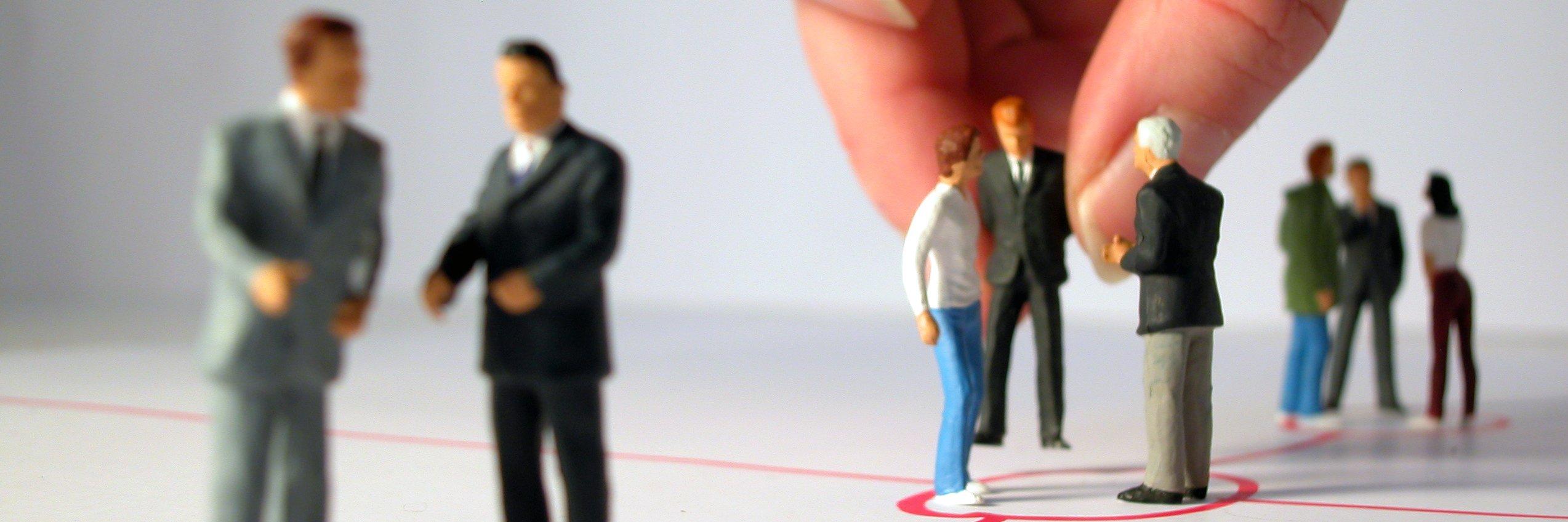 Familienstellen Organisationsstellen Hand mit Figuren Stepout