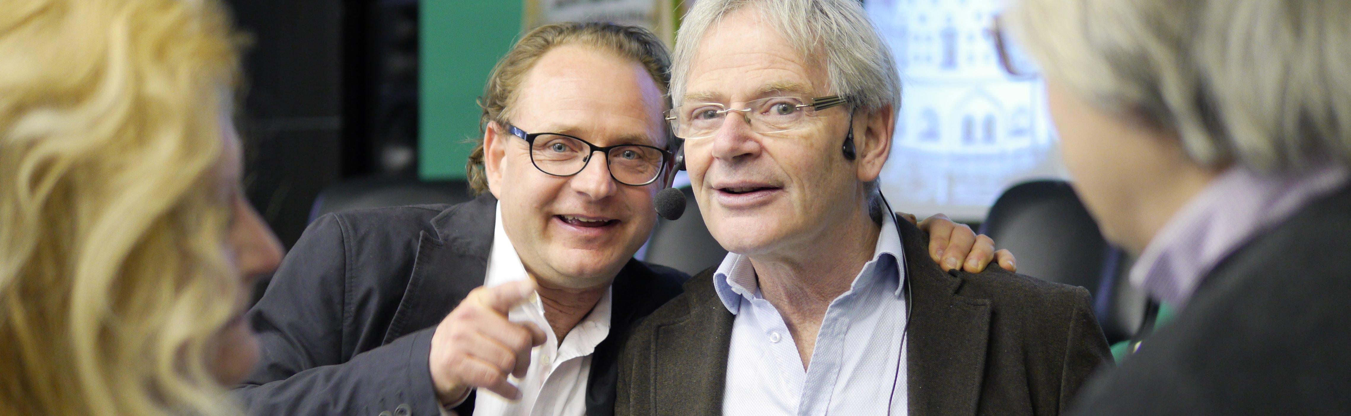 Foto zwei Trainer in enger Umarmung und Hingabe für die gemeinsame Sache. Ralf und Lucas Derks